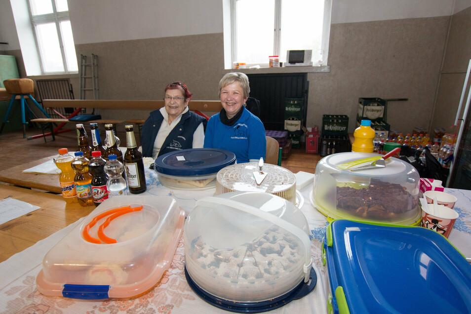 Rita Schneider und Iris Hofmann haben die Versorgung fest im Griff. Alles muss abgedeckt sein und Abstand muss gehalten werden.