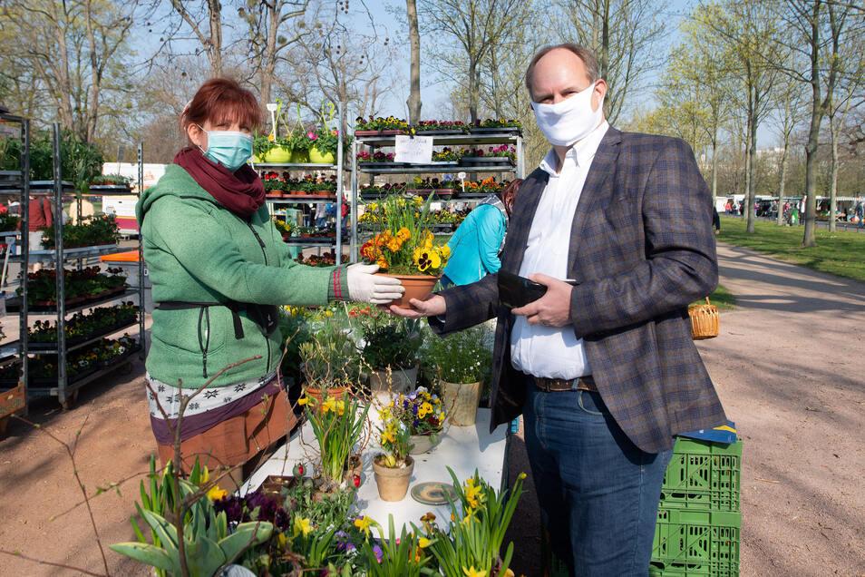 Die Mundschutz-Pflicht auf dem Lingnermarkt galt auch für Oberbürgermeister Dirk Hilbert (FDP).