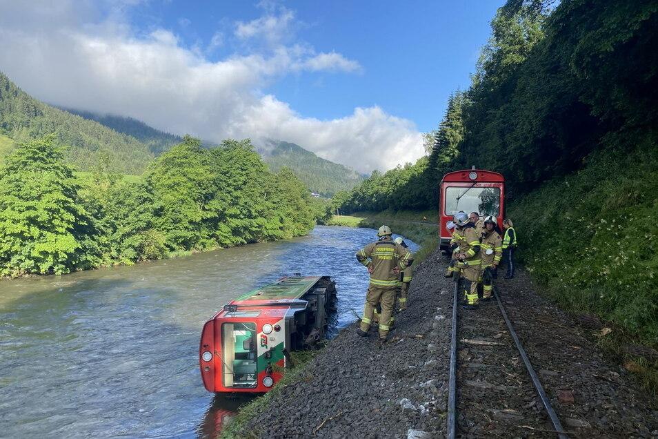 Ein Waggon eines Regionalzugs liegt in der Mur. Am letzten Schultag vor den Ferien ist in Österreich ein Zug mit Dutzenden Kindern und Jugendlichen an Bord entgleist und in den Fluss gestürzt.