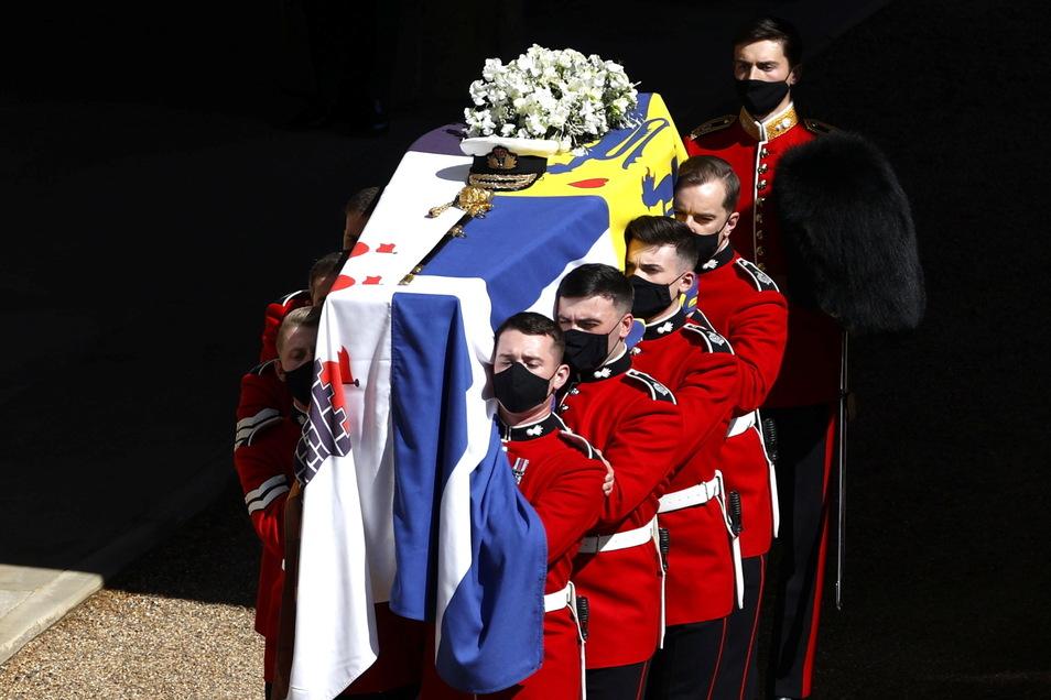 #Der Sarg von Prinz Philip, bedeckt mit seiner persönlichen Standarte, wird vor der Beerdigung des Herzogs von Edinburgh in Schloss Windsor, zum speziell angefertigten Land Rover Defender getragen.