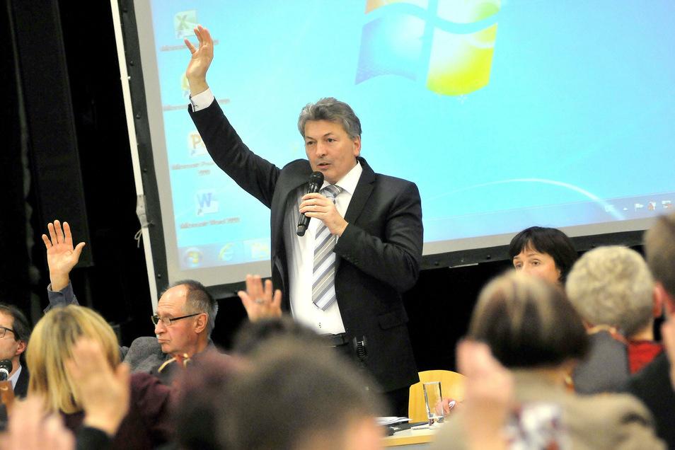 Diese Rolle beherrscht er sehr gut: Landrat Arndt Steinbach kann Mehrheiten im Meißner Kreistag beschaffen. Jetzt verlässt er den Landkreis und auch die Kreis-CDU, was nicht jedem gefällt.