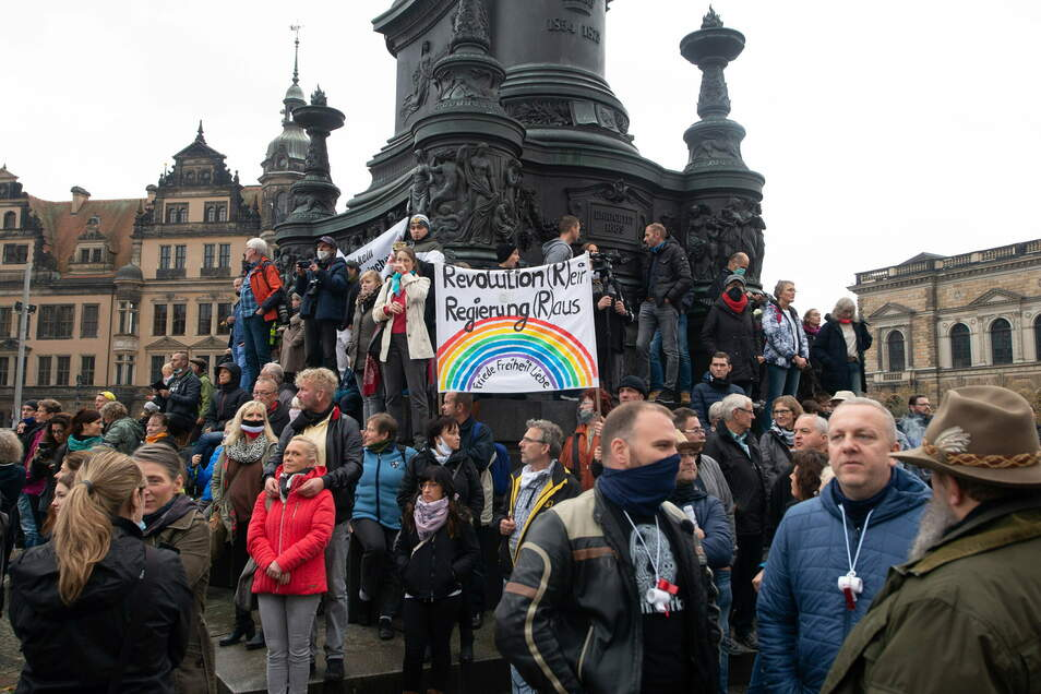 Rund 5.000 Menschen protestierten im Oktober auf dem Theaterplatz gegen die Coronapolitik der Bundesregierung.