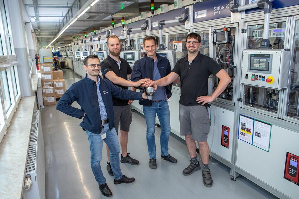 Die Kühlmittelpumpe CWA400 ist bei Pierburg Pump Technology ein Erfolgsmodell. Anlässlich des Baus der millionsten Pumpe hatte der Leiter der Abteilung Mini Factory 3 Robert Schwär (links) diese präsentiert.
