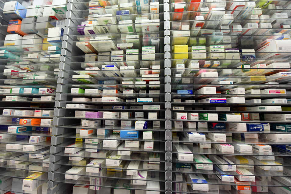 Medikamente liegen im Lager einer Apotheke. Die Corona-Pandemie könnte zum Risiko für die ausreichende Lieferung von Medikamenten und Impfstoffen werden.