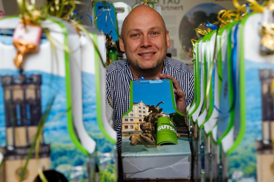Zittaus Citymanager Stephan Eichner zeigt einige regionale Geschenke.