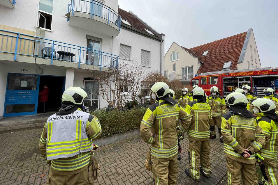 Die Feuerwehrleute mussten sich aus dem Haus zurückziehen, nachdem sie angegriffen worden waren.