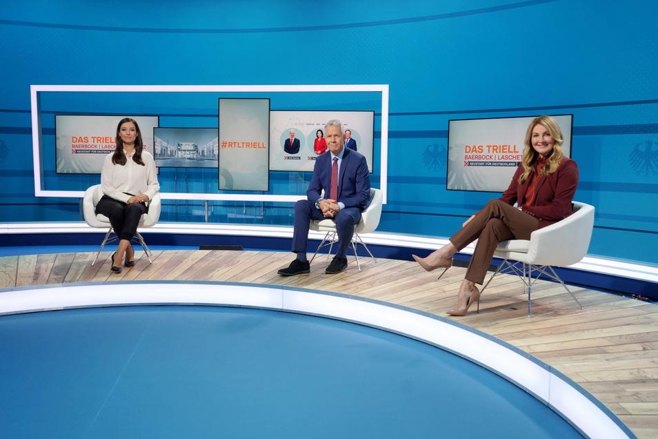 Moderatoren Pinar Atalay (l) und Peter Kloeppel mit Moderatorin Frauke Ludowig