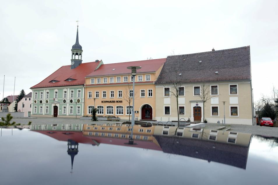 """Das Gebäude mit dem Türmchen ist das Rathaus von Elstra. Gleich daneben befindet sich die Gaststätte """"Schwarzes Roß"""", in der nächste Woche der Stadtrat tagt."""