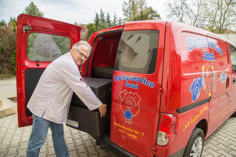 Kommen die Kunden nicht, muss man eben zu ihnen: Frank Jutzi führt eine Fleischerei mit Partyservice in Rauschwalde und liefert Essen aus.