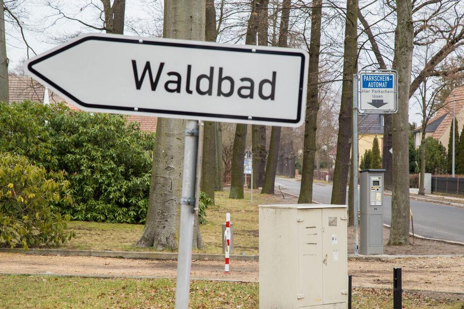 Der am Zinzendorfplatz ausrangierte Parkscheinautomat hat jetzt seinen Platz an der Plittstraße vor dem Waldbad gefunden.