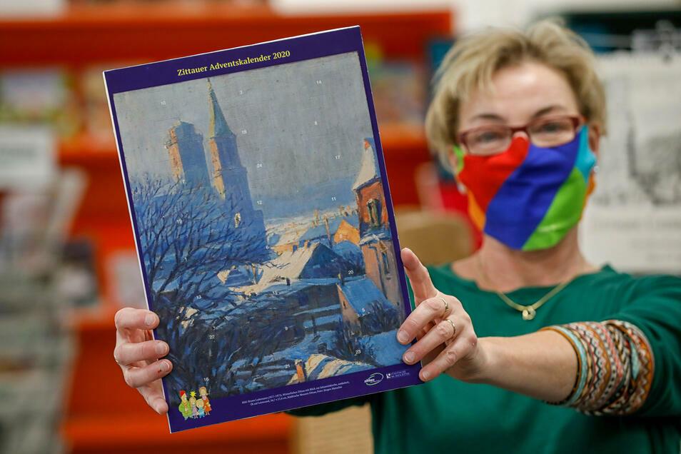 Christina Neumann zeigt den neuen Zittauer Adventskalender.