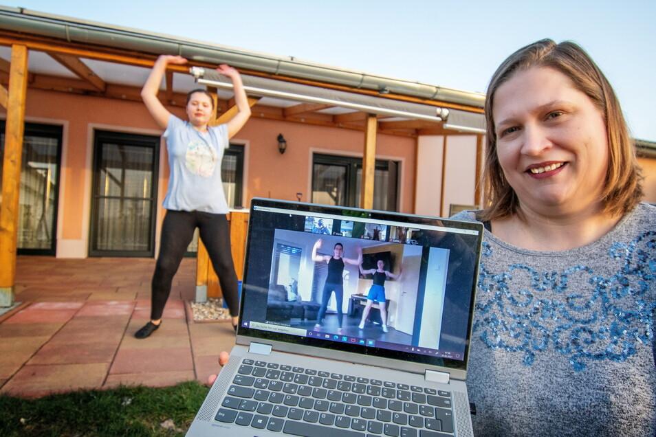 Training per Internet. Sylvia Lohmann aus Ziegra hält den Laptop, mit dem ihre Tochter Jasmin derzeit trainiert.