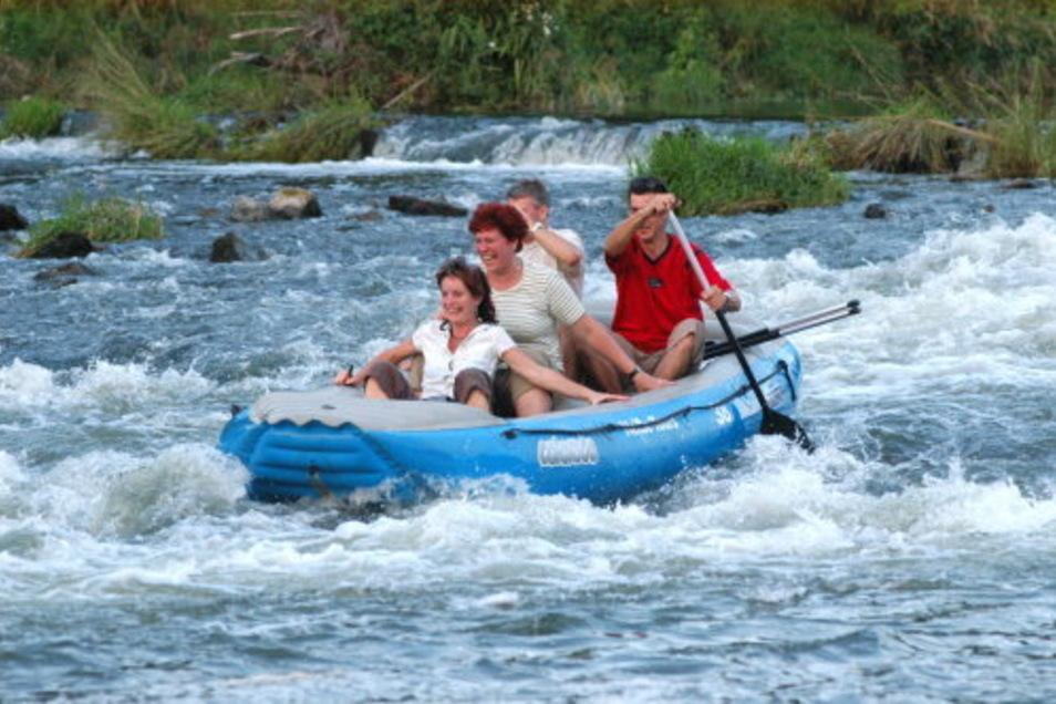 Wieder möglich: Mit dem Schlauchboot auf der Neiße paddeln.