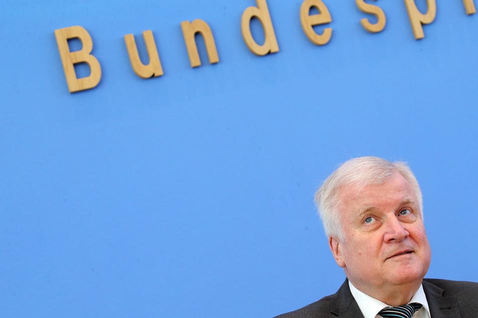 Horst Seehofer (CSU) ist alles andere als begeistert von der UEFA.