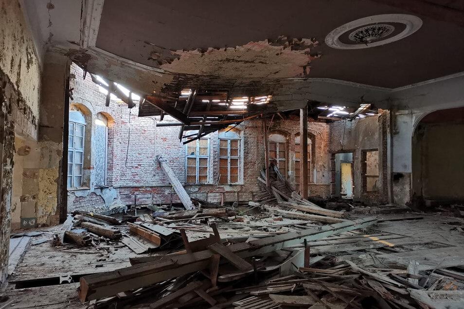 Im Ballsaal des ehemaligen Parkgasthauses in Gaußig herrscht ein Bild der Verwüstung, nachdem das Dach eingestürzt ist.