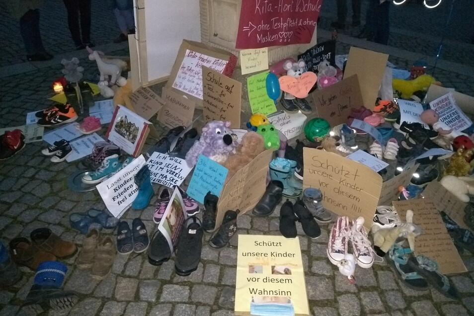 Wie bereits am Wochenende wurden auch Schuhe und Spielzeug abgelegt.