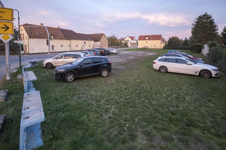 """Wirklich schön ist er noch nicht, der Parkplatz an der B 169 vor dem Dreiseithof in Gröditz. Das soll sich bald ändern: """"Wir nehmen die komplette Pauschale von 2018 und 2019 für den Parkplatz-Bau"""", sagt der Gröditzer Bürgermeister Jochen Reinicke (parteilos). Und die 70.000 Euro für das Jahr 2020? """"Da reden wir noch drüber."""""""