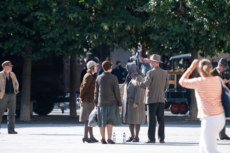 Komparsen warten auf ihren Einsatz bei den Dreharbeiten auf dem Marienplatz.