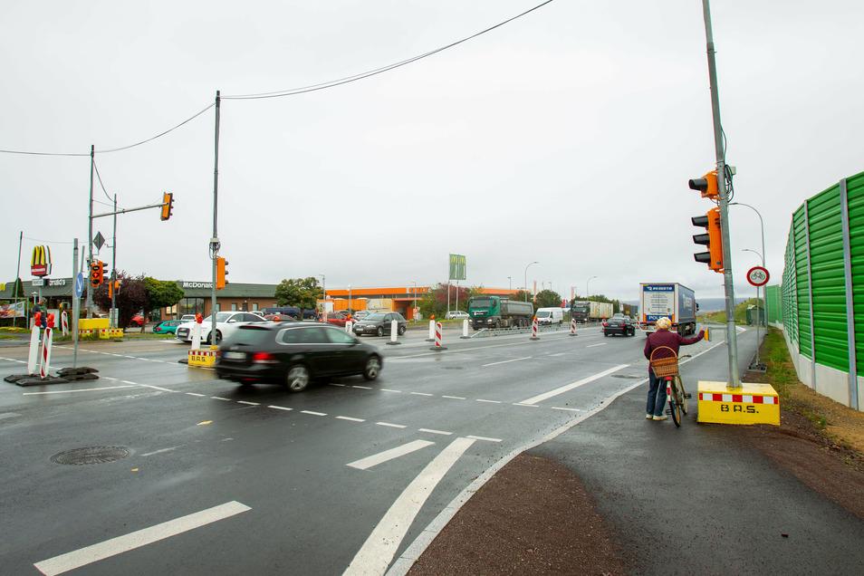 Die Baustellenabsperrung auf der B 170 soll noch eine Weile stehenbleiben, um Autofahrern in die richtige Spur zu helfen.
