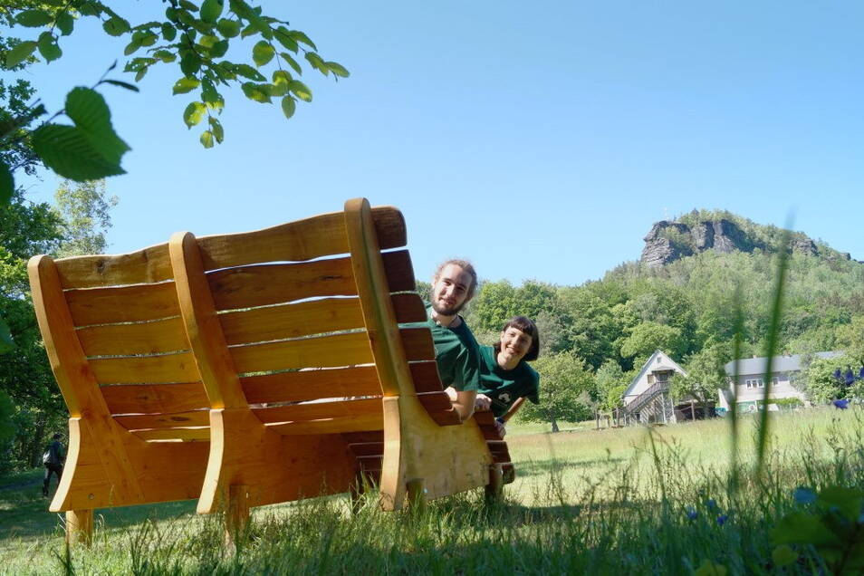"""An der Sellnitz steht bereits ein Waldsofa. Zwei dieser Holzliegen sollen auch an der """"Schönen Aussicht"""" aufgebaut werden."""