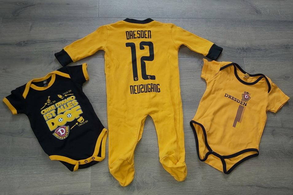 Im Dynamo-Outfit hat Eric Hanspach vorsorglich bereits drei Strampler beziehungsweise Bodys in verschiedenen Größen für ihr Baby gekaut.