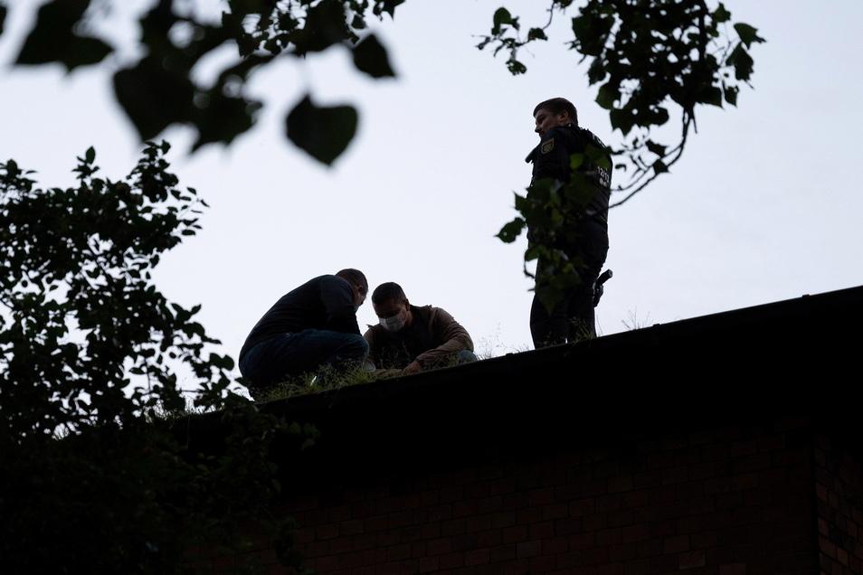 Polizisten trugen die Besetzerinnen vom Hausdach.