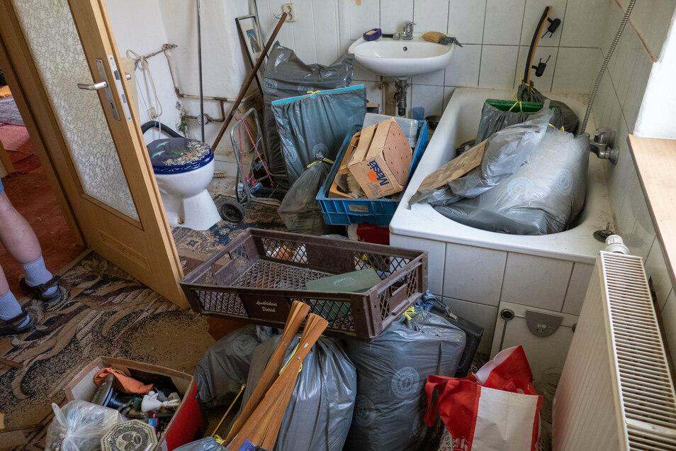 Nicht nur im Bad stapeln sich in der Mietwohnung von Lothar Firo die Müllsäcke und jede Menge Unrat. Auch die anderen Zimmer hat der ehemalige Mieter so hinterlassen.