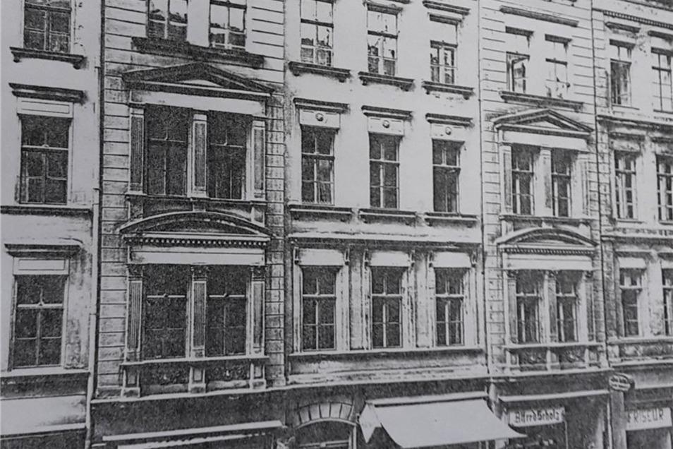 Das Bild zeigt, dass die Bäckerei früher links zu finden war.