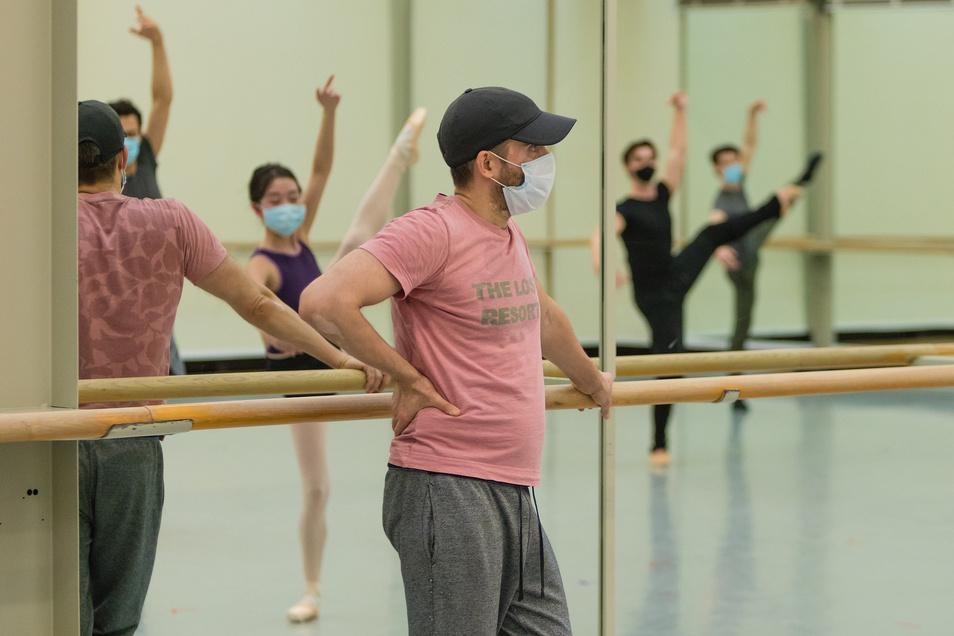 Training mit Maske : Ballettdirektor Aaron S. Watkin und Mitglieder der Company des Semperoper Ballett.