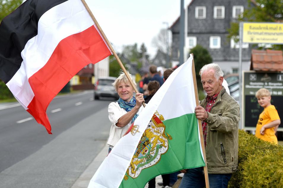 Auch bei den Protesten entlang der B 96 zwischen Zittau und Oppach in der Oberlausitz schwenken Menschen die schwarz-weiß-rote Flagge.