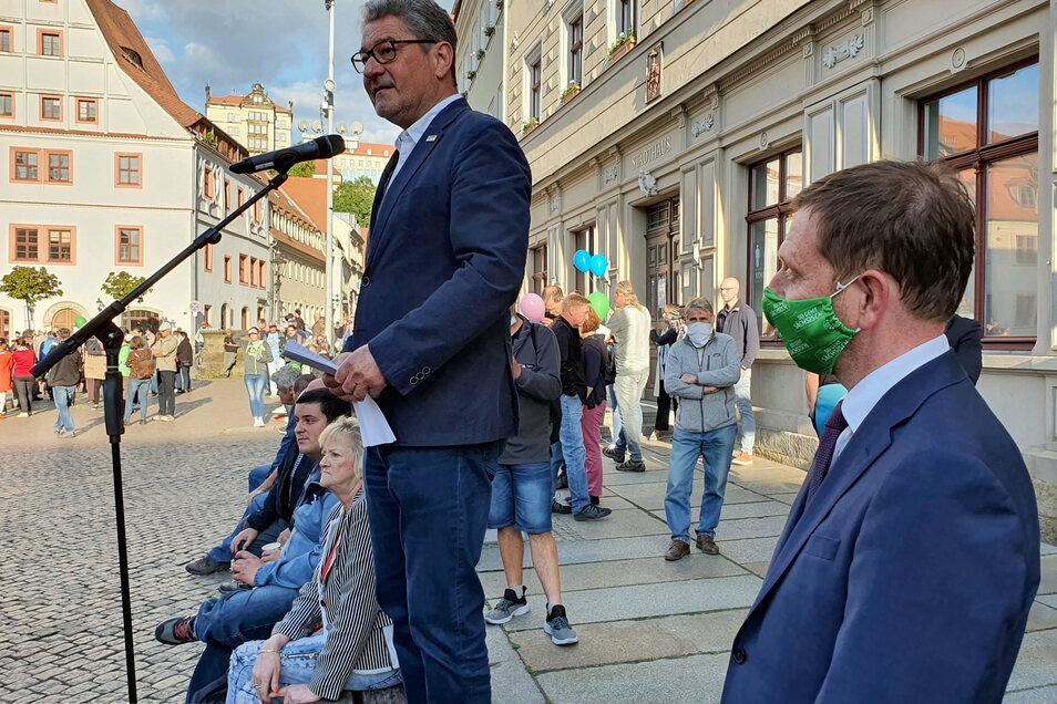 """Pirnas OB Klaus-Peter Hanke (M.) und Sachsens Ministerpräsident Michael Kretschmer im Mai beim Bürgerdialog auf dem Markt: """"Die Gewalt einzelner Demonstranten hat mich extrem betroffen gemacht."""""""