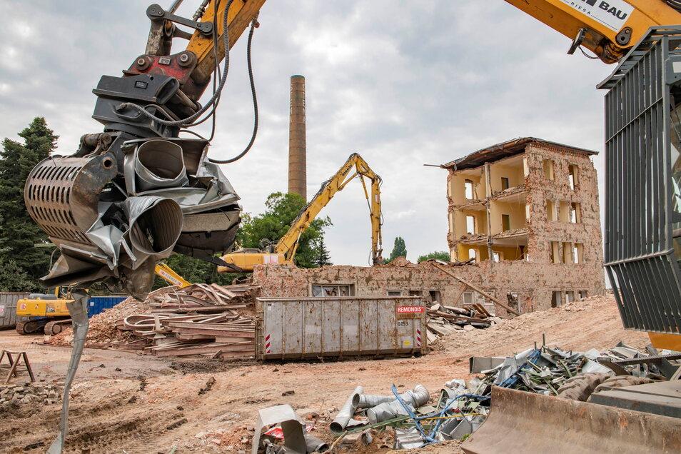 Der legendäre Schornstein wird bleiben. Doch auf dem früheren BTZ-Gelände davor sind in den letzten Tagen mehrere Gebäude abgerissen worden.