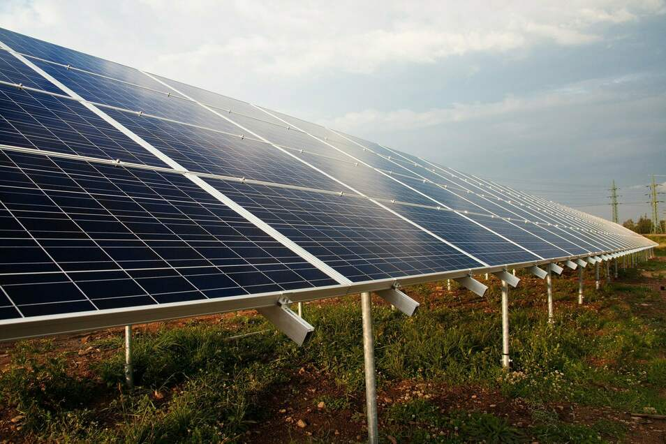 Solarmodule auf Gestellen: Mit solchen Kollektoren soll auch im Riesaer Stadtgebiet die Energie der Sonne eingefangen und Strom umgewandelt werden. Inzwischen gibt es drei Projekte von drei Firmen an drei Standorten.