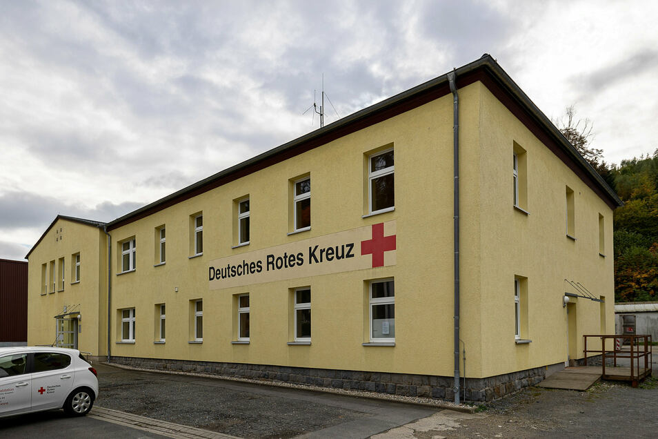 DRK-Gebäude in Sebnitz an der Schillerstraße: Der Rettungsdienst bekommt nach dem Umbau das komplette Erdgeschoss. Die neuen Garagen entstehen hinten im Hof.