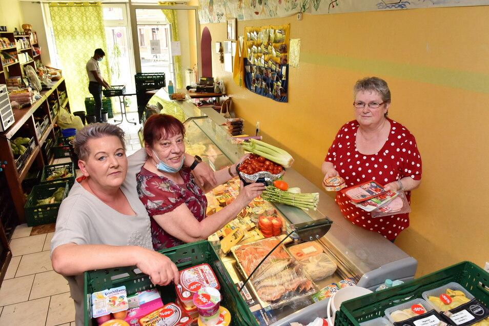 Karin Rauschenbach (li.) mit ihren Mitarbeitern beim Einräumen der Auslagen. Die Freitaler Tafel ist mehr als nur eine Ausgabestätte für Lebensmittel.