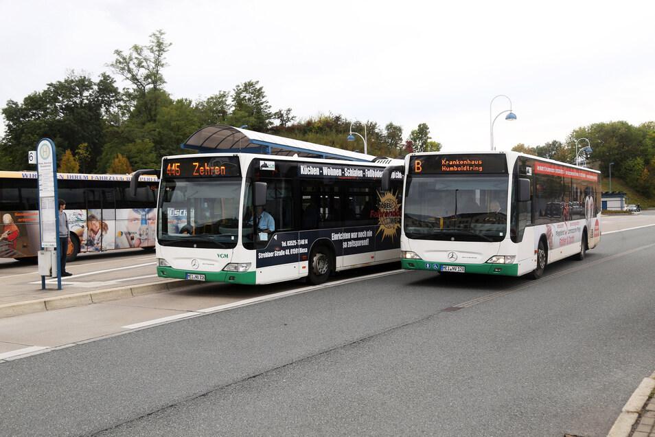 Linienbusse am Riesaer Busbahnhof: Dort sowie in weiteren Bussen von im VVO organisierten Unternehmen gelten neue Einstiegsregeln. Die Tür beim Fahrer bleibt ab sofort zu.