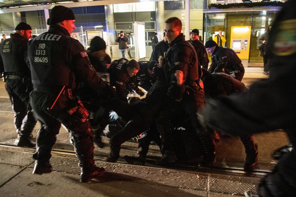 Vor einem Jahr musste die Polizei mehrere Sitzblockaden auflösen. Das schließen die Beamten auch in diesem Jahr nicht aus.