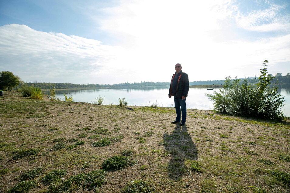Jürgen Dipp, Betreiber des Badesees Birkwitz bei Pirna, ärgert sich über Schäden, die von Wildschweinen verursacht wurden.