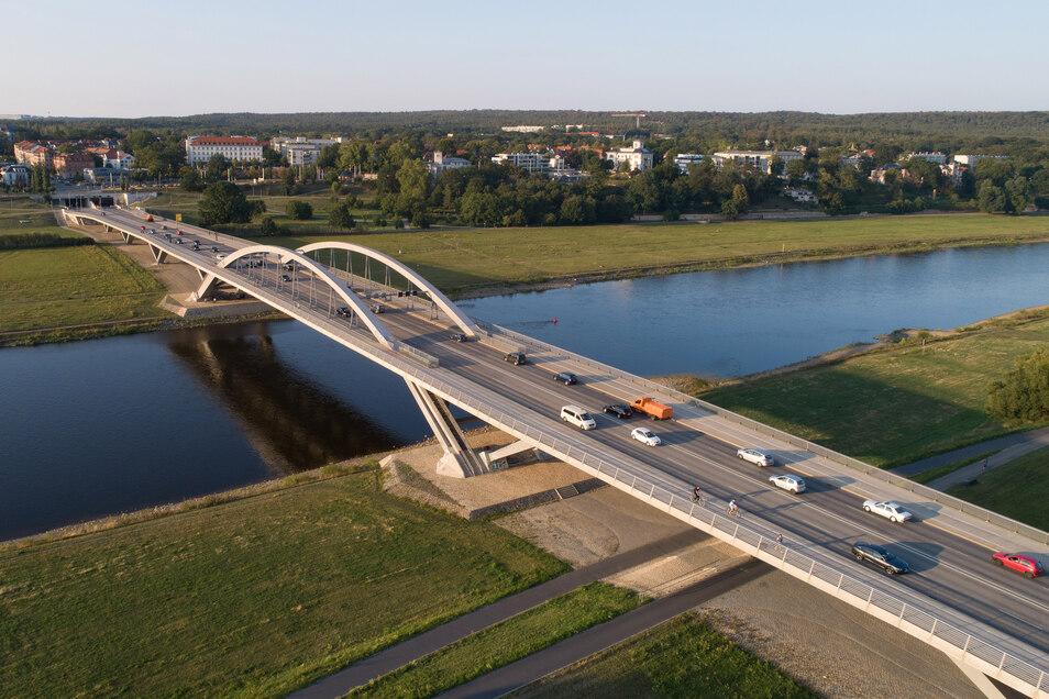 Seit knapp sieben Jahren rollt der Verkehr über die Waldschlößchenbrücke. Doch eine gültige Baugenehmigung gibt es noch immer nicht.