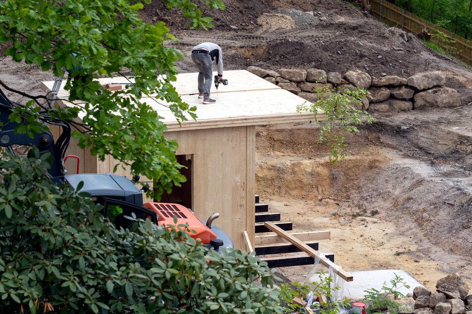 """Im Garten der Pension """"Waldidylle"""" entsteht derzeit ein Teich mit Saunahaus. In der finnischen Sauna sollen bis zu acht Personen schwitzen können."""