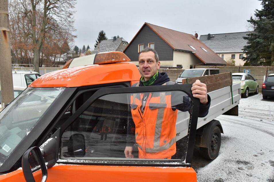 Torsten Jander, der Leiter des Bauhofs Klingenberg steht in Pretzschendorf vor dem Hauptstandort des Gemeindebauhofs an einem Elektro-Pritschenwagen, der gegenwärtig auf Alltagstauglichkeit getestet wird.