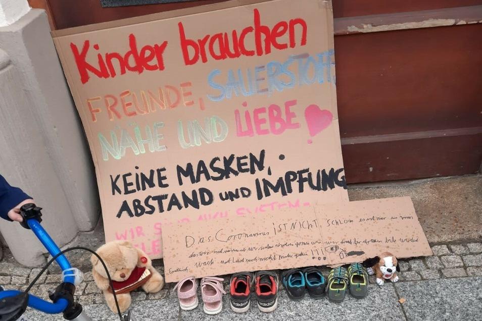 """Unbekannte haben bereits am Eingang des Löbauer Rathauses diesen """"Kinderschuh-Protest"""" aufgebaut."""