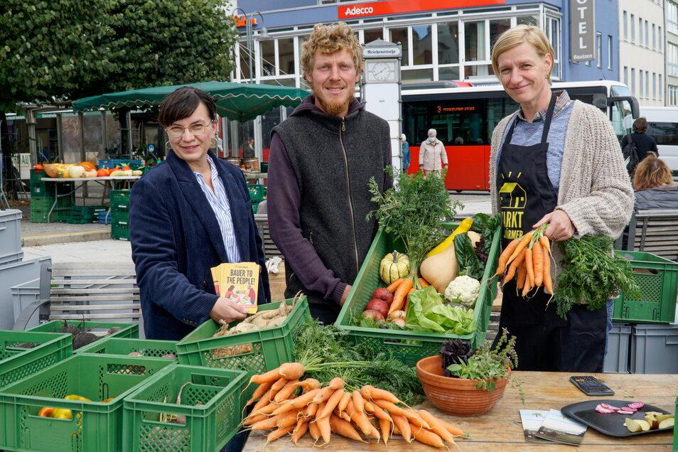 Olivia Jakschik (l.) und Stefanie Schwerk sind die neuen Gastgeberinnen der Marktschwärmerei in Bautzen. Dort kann man unter anderem das Gemüse von Markus Ender vom Enderhof aus Vierkirchen kaufen.