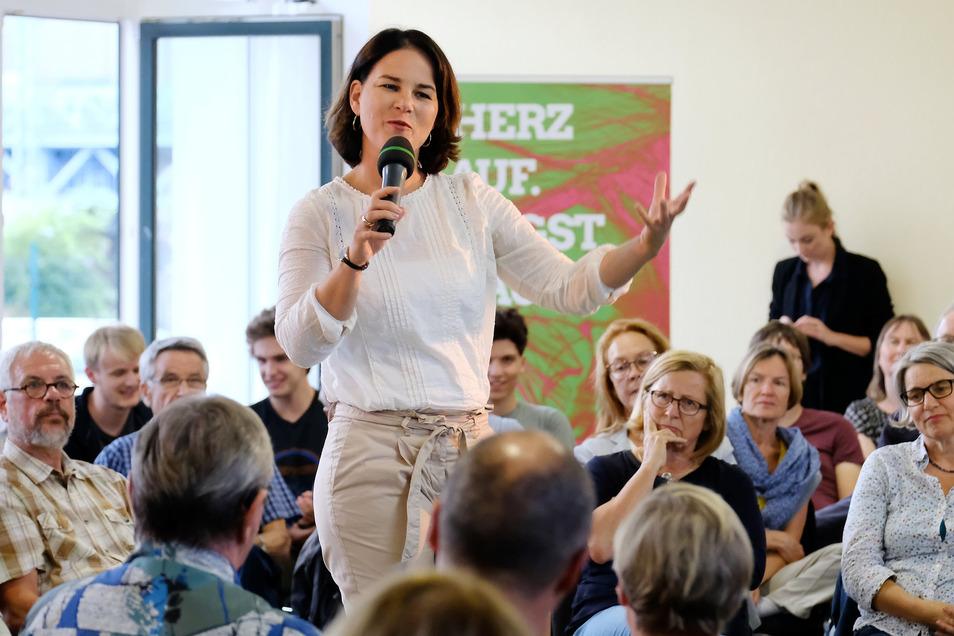 Mit hohen Schuhen und körperbetonter Hose erfüllt Grünen-Chefin Annalena Baerbock (38) keine Klischees. Am Donnerstagabend war sie in Meißen im Akti zu Gast.