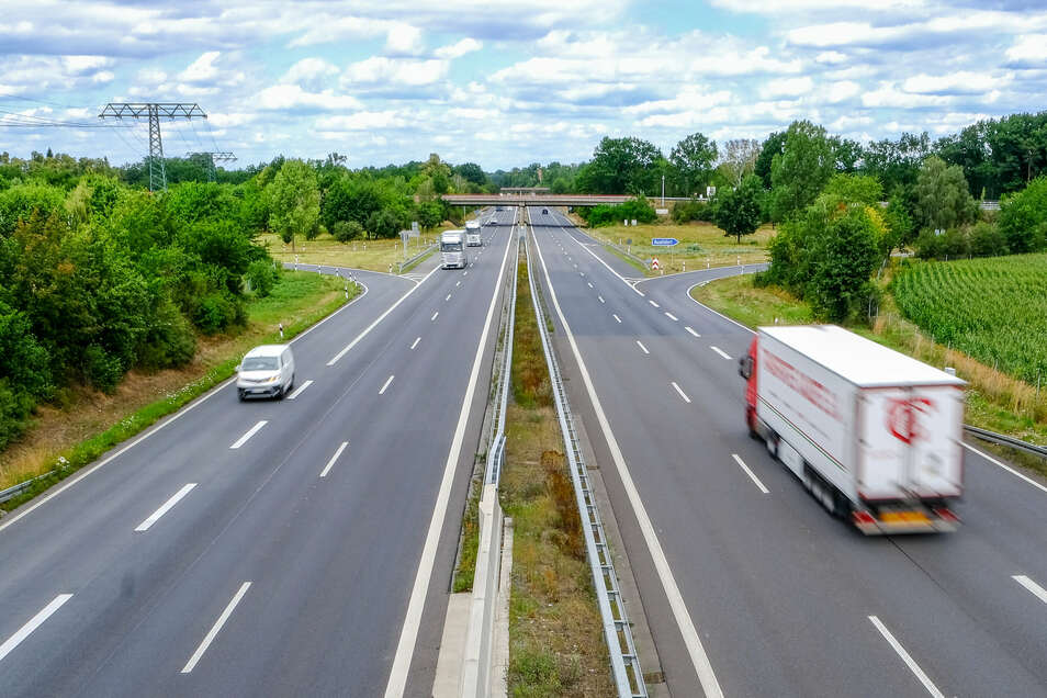 Die Tage der jetzigen Radeburger Anschlussstelle der A 13 sind gezählt. Künftig sollen die Rampen in die entgegengesetzte Richtung führen und so an die ebenfalls verlegte Staatsstraße 177 angebunden werden. Wann gebaut wird, ist aber noch offen.