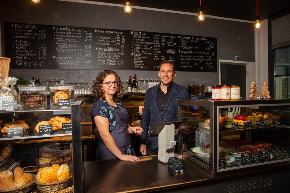Mitarbeiterin Julia Häntzschel und Uwe Henkenjohann, Inhaber vom Café Drehscheibe im Bahnhof Bad Schandau, ist eine gute Planung  wichtig.