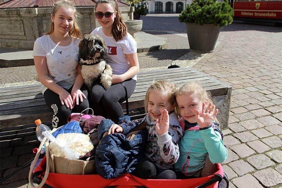 Ein vierbeiniger Teilnehmer: Mischlingshund Rocky mit seinen Begleiterinnen Leonie, Leonie, Olivia und Leni.