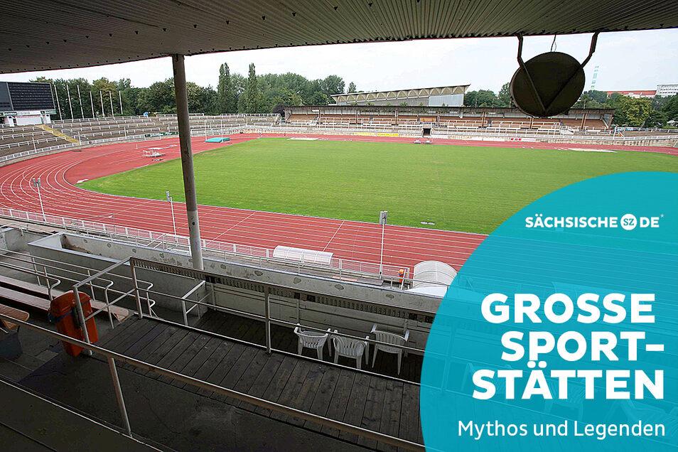 Marode Tribüne, grüner Rasen: Der Blick ins Heinz-Steyer-Stadion ist immer noch ein trostloser, auch wenn auf einer Seite die Tribüne inzwischen schon erneuert wurde. Das Bild datiert aus dem Jahr 2006 - so lang ist das noch gar nicht her.