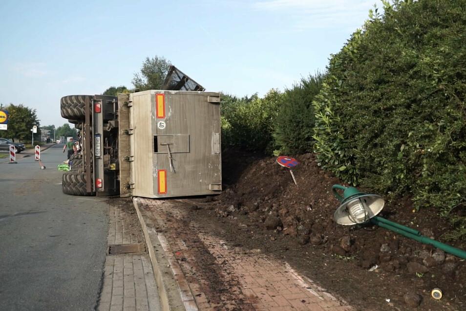 Kompostierabfälle liegen neben dem umgekippten Sattelzug. Eine Radfahrerin wurde bei dem Unfall verschüttet und schwer verletzt.