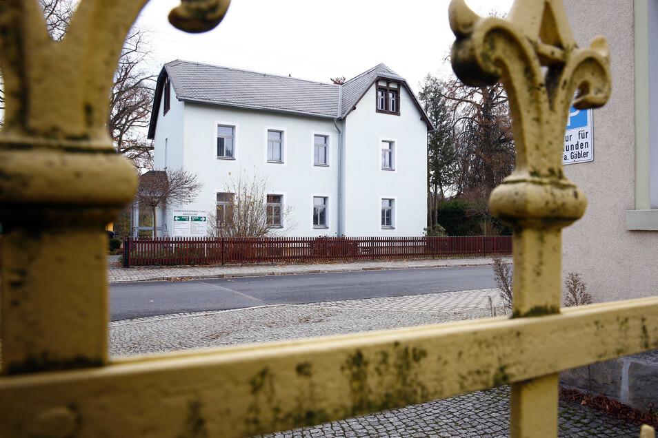 Im Arnsdorfer Gemeindeamt ist der Stuhl des Bürgermeisters seit Monaten unbesetzt. Jetzt steht der Wahltermin endgültig fest.
